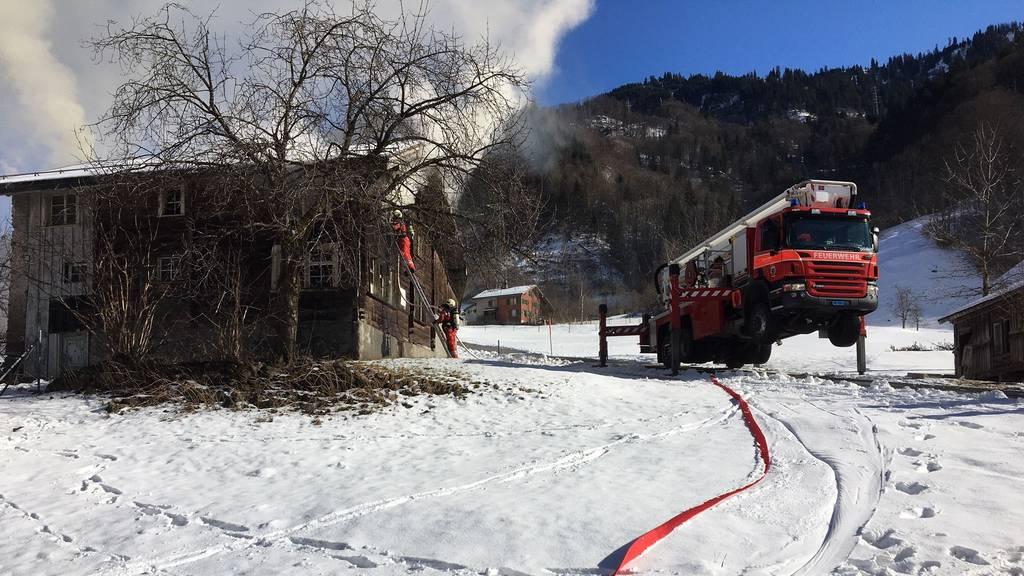 250-jähriges Holzhaus steht in Flammen