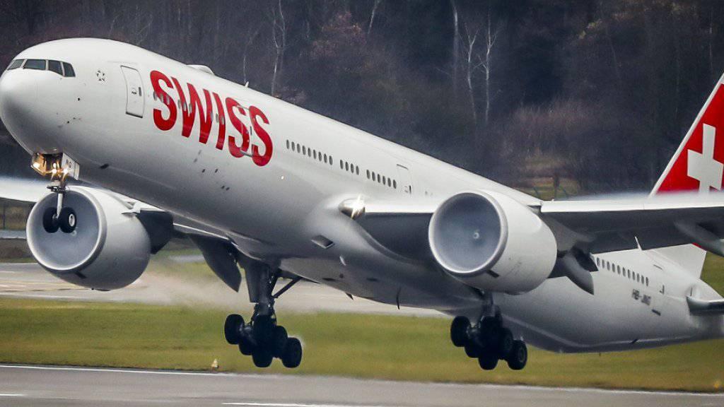 Ein Swiss-Flugzeug startet am Flughafen Zürich. (Archiv)