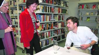 Peter Stamm diskutiert mit einer Leserin, Mitorganisatorin Schwester Elisabeth Müggler hört interessiert zu.  Foto: Malini Gloor