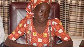 Die 19-jährige Amina Ali während des Empfangs bei Nigerias Präsident Muhammadu Buhari. Die junge Frau war vor zwei Jahren gemeinsam mit über 200 Schülerinnen von Islamisten entführt worden. Am Mittwoch war sie wieder aufgetaucht.