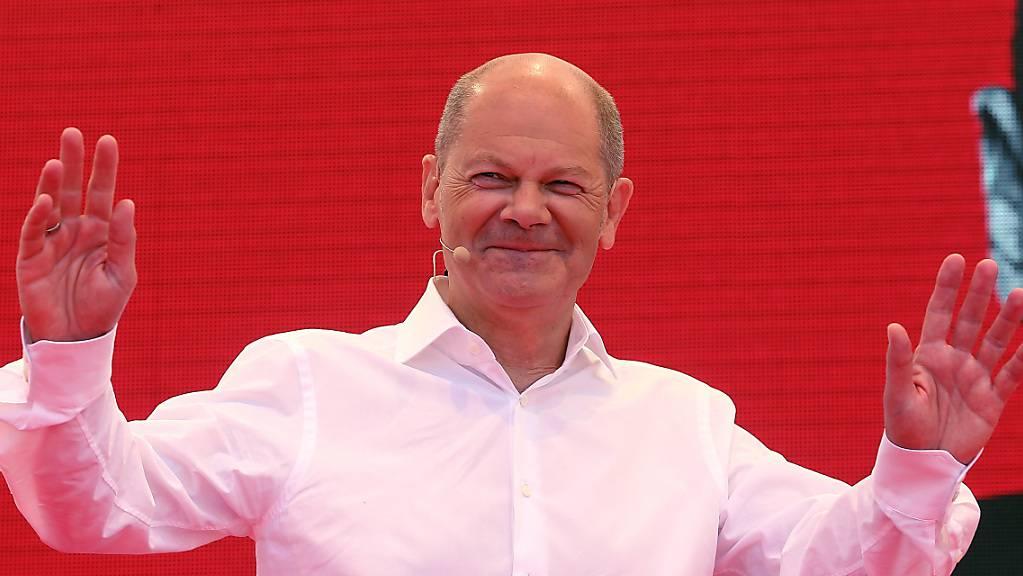 SPD-Kanzlerkandidat Olaf Scholz redet auf dem Dr. Rur Platz in Bochum. Scholz startet im Ruhrgebiet in die heiße Phase des Wahlkampfs. Rund sechs Wochen vor der Bundestagswahl spricht er zum Auftakt seiner Tour in der Bochumer Innenstadt. Foto: David Young/dpa