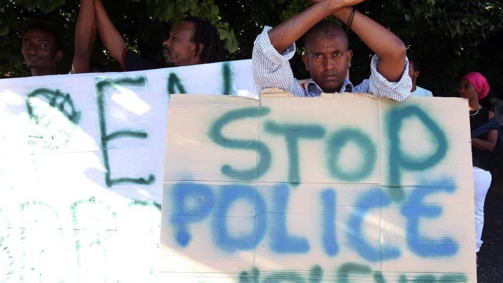 Flüchtlinge in Italien bezichtigen Polizeibeamte der Gewalt: Amnesty International führt in einem Bericht Misshandlungen auf. (Archivbild)