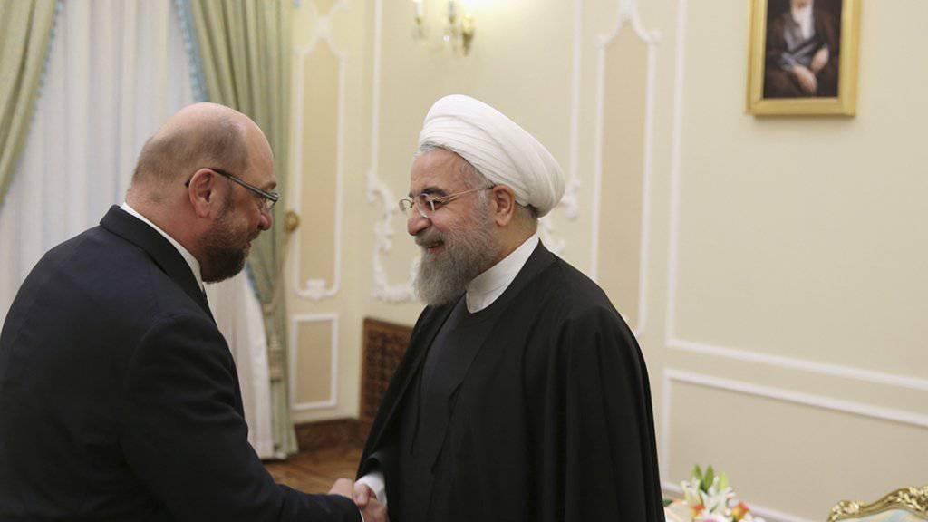 Irans Präsident (rechts) spricht ein Machtwort für Futsal-Spielerinnen: Hassan Ruhani ermöglicht dem iranischen Team die Reise nach Guatemala. (Archiv)
