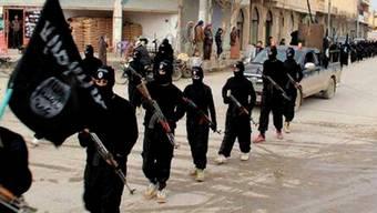 """IS-Kämpfer in der syrischen Stadt al-Rakka: Die Terrorgruppierung rekrutiert viele Mitstreiter im Ausland. Laut Interpol beläuft sich die Zahl der """"Dschihad-Touristen"""" auf fast 6000 Personen (Archiv)."""