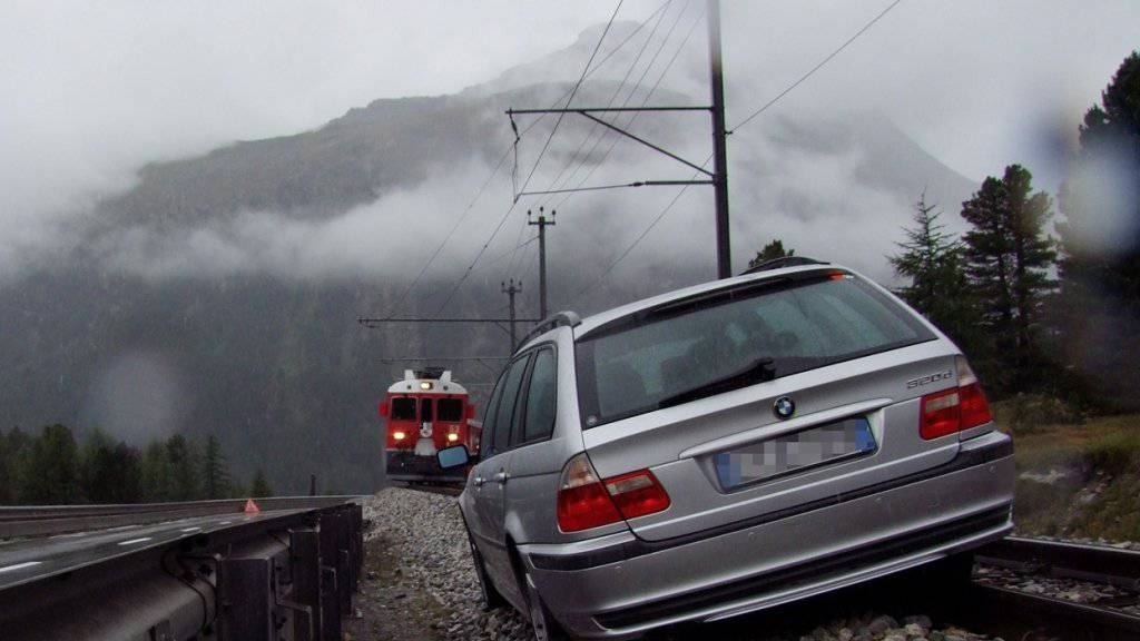 Weil der Fahrer einschlief, landete sein Auto auf den Gleisen der Berninalinie im Engadin. Der Lokomotivführer wurde rechtzeitig gewarnt und hielt ohne Schwierigkeiten an.