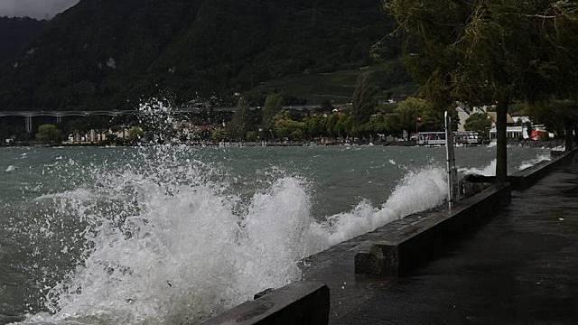 Der Genfer See peitscht Wellen auf die Promenade von Villeneuve