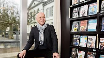 Thomas Pauli in der Kantonsbibliothek, im Rücken das Grossratsgebäude. Im Grossen Rat sei der Goodwill für die Kultur gestiegen, sagt er.