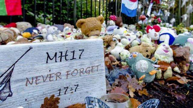 Stofftiere zum Gedenken an die Opfer des MH17-Absturzes (Archiv)