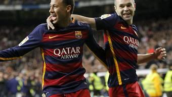Neymar (links) und Andres Iniesta bejubeln den Treffer zum 2:0