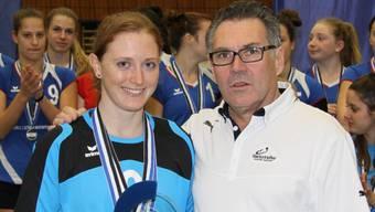 Die wertvollste Spielerin des Damen Cup-Finals, Maya Barben (TV Lunkhofen) mit Jürg Seiler, Präsident von Swiss Volley Region Aargau.