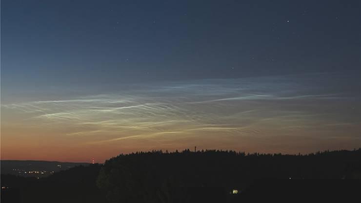 Ein Sonnenuntergang? Nein – das Bild ist bedeutend später aufgenommen worden. Es zeigt leuchtende Nachtwolken am 6. Juli um 23 Uhr über dem aargauischen Hallwil. Andreas Walker