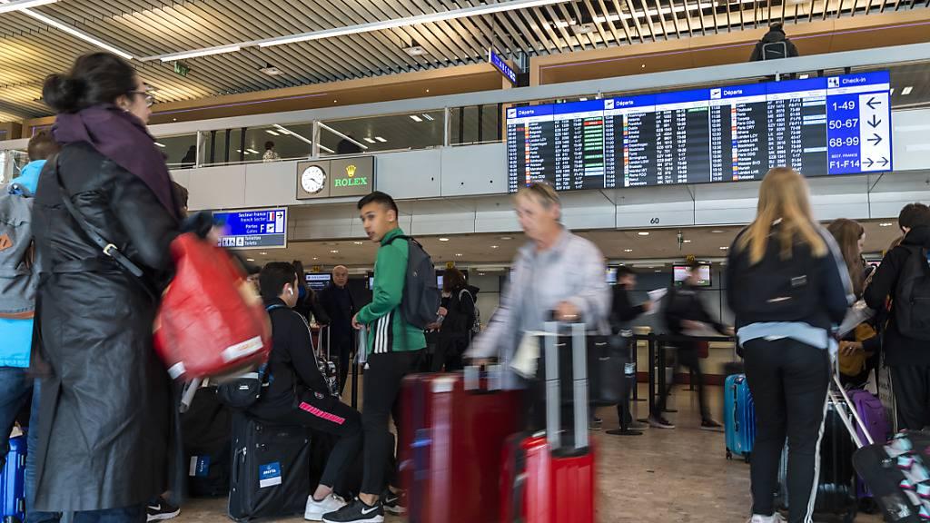 Das Bundesamt für Gesundheit will die Einhaltung der Quarantänepflicht von Einreisenden stichprobenartig kontrollieren. Pro Woche sollen die Passagierlisten von 20 bis 30 in der Schweiz ankommenden Flügen überprüft werden. (Themenbild)