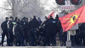 Polizisten in Ontario tragen Demonstranten von den Schienen. (Foto: Adrian Wyld/AP Keystone-SDA)