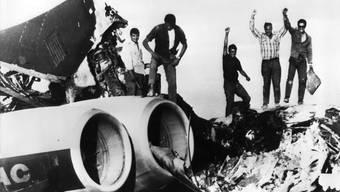 Nach der Entführung sprengten die Entführer drei Flugzeuge in die Luft. Das Bild zeigt sie beim anschliessenden feiern auf den Trümmern.