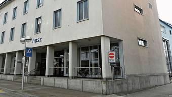 Der bisherige Standort an der Aarauerstrasse 20 ist zu klein (links). Neu sollen ab Sommer zwei Stockwerke des alten Bürogebäudes der Zementfabrik in Olten SüdWest dazugemietet werden.