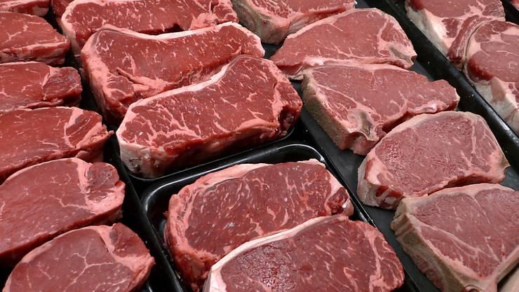 Steaks im Verkauf: In der Schweiz kann in gut einem Jahr theoretisch jedes Stück Rind- und Kalbfleisch bis zum Bauernhof zurückverfolgt werden. Per DNA-Beweis. (Archivbild)