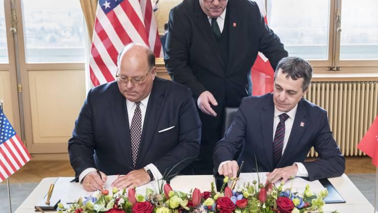 Aussenminister Ignazio Cassis bei der Unterzeichnung der Vereinbarung mit dem US-Botschafter Edward McMullen. Damit soll die Schweiz die US-Interessen in Venezuela vertreten.