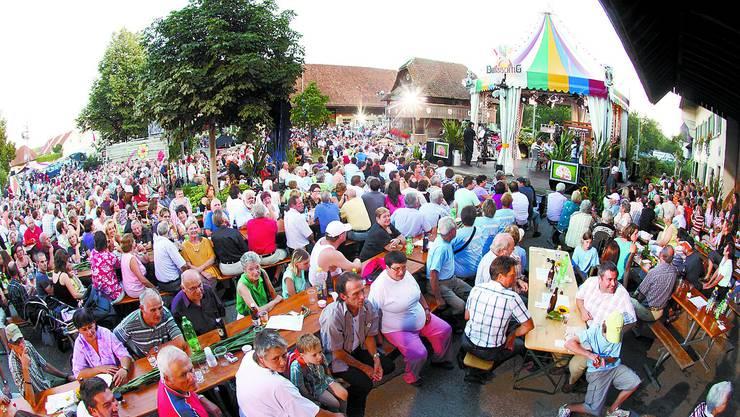Gut 1500 Personen wollten sich das mediale Ereignis im Zentrum von Neuendorf nicht entgehen lassen (Bild: ae)