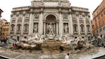 Im Trevi-Brunnen und anderen Brunnen  in Rom suchen angesichts der heissen Temperaturen immer wieder Touristinnen und Touristen trotz Verboten Abkühlung. Mit den happigen Strafen kann die Stadt Rom ihre Kassen füllen. (Archiv)