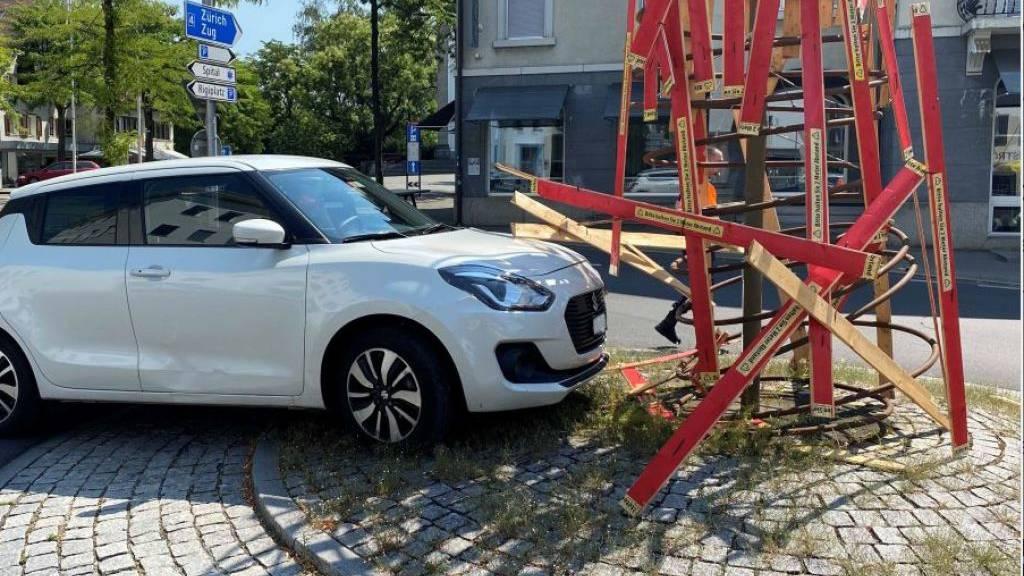 96-jähriger Autofahrer fährt in Begegnungszone in Kreiselskulptur