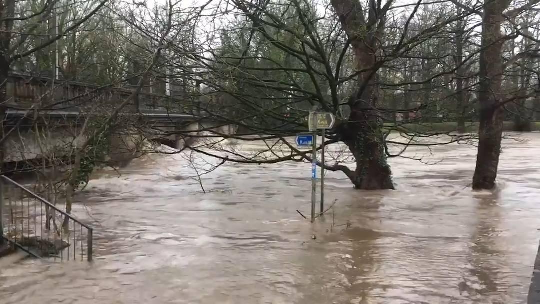 """Wegen Sturm """"Dennis"""": Lebensbedrohliche Lage in Teilen von Wales"""
