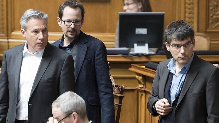 """Die Nationalräte Roger Nordmann (SP), Balthasar Glättli (Grüne) und Adrian Amstutz (SVP) (von rechts) im Nationalrat. Für SVP-Fraktionschef Amstutz ist die Umsetzung der Masseneinwanderungsinitiative eine """"Kapitulation vor der EU""""."""