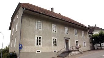 Das alte Schulhaus welches im Jahr 1968 erbaut wurde soll saniert werden.