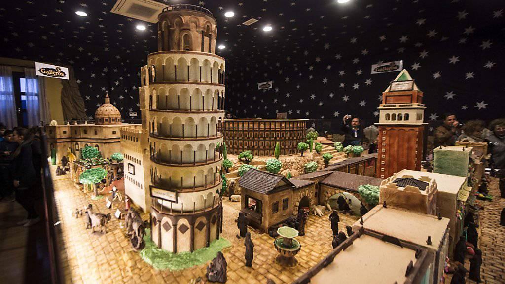 Ausschnitt der monumentalen Schokoladenkrippe von Rute mit dem schiefen Turm von Pisa im Vordergrund