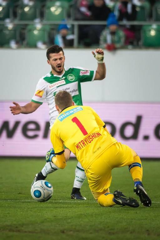 Albian Ajeti im Zweikampf mit Sion-Goalie Anton Mitryushkin. (© Michel Canonica/St.Galler Tagblatt)