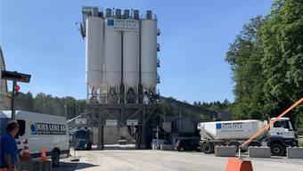 Eine Brückenwaage bewältigt den gesamten Lastwagenverkehr im Kieswerk. Das Personal benutzt noch Containerprovisorien.