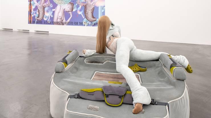 Die Cyber-Welt in die materielle Realität zurückgeholt Anna Uddenbergs Frauen scheinen von Fitness- und Schönheitstutorials deformiert erstarrt.