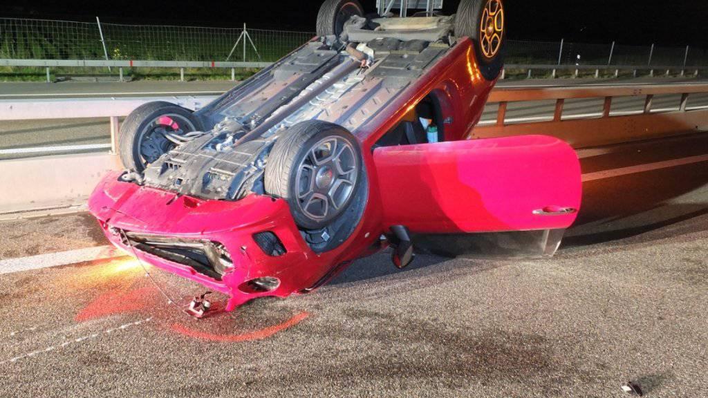 Nachdem sich das Auto überschlagen hatte, rutschte es auf dem Fahrzeugdach rund 40 Meter weit. Der 23-jährige Fahrer musste mit mittelschweren Verletzungen ins Spital eingeliefert werden.