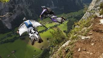 Zwei Wingsuit-Springer (Symbolbild).