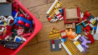 Millionär mit Kinderspielzeug. (Symbolbild)