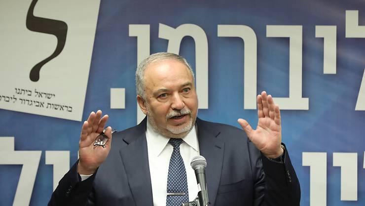 An ihm scheitert die Regierungsbildung: Ex-Verteidigungsminister und Chef der Partei Israel Beitenu vor der Knesset.