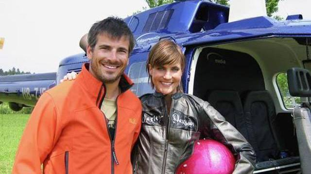 Annina Frey mit Stuntman Oliver Keller vor einem Helikopter (Bild: SRF)