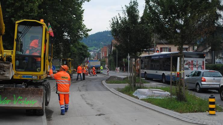 Erst 2010 wurde die Engstringerstrasse saniert. Doch die knappen Platzverhältnisse blieben.