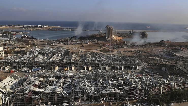 Blick über den Schauplatz der Explosion im Hafen von Beirut. Foto: Bilal Hussein/AP/dpa