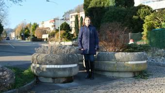 Giovanna Tana wünscht sich, dass die Pflanzentröge auf der Schweizäckerstrasse in Oetwil durch eine elektrische Schranke ersetzt werden. Bild: Sibylle Egloff