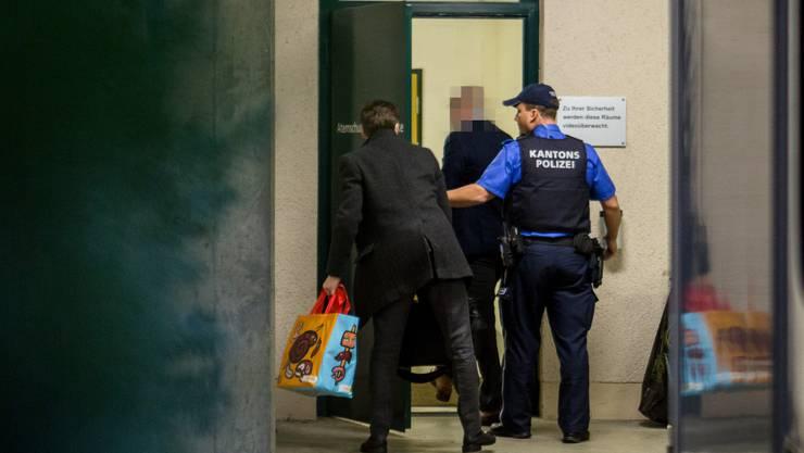 Der Angeklagte Martin S. wird von einem Kantonspolizisten ins Kantonale Zivilschutzausbildungszentrum in Eiken geführt. Dort kam es zum Prozess im Betrugsfall.