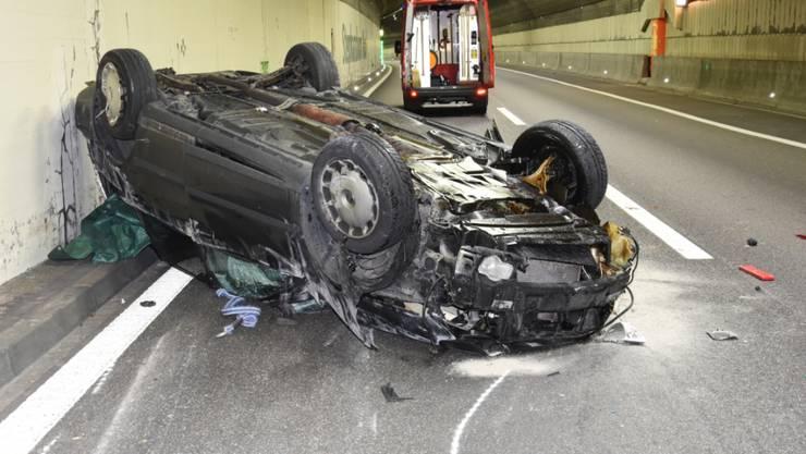 Das Wrack im Stephanshorntunnel der Autobahn A1 in St. Gallen. Der 31-jährige Lenker war aus ungeklärten Gründen kurz vor dem Tunnel in eine Leitplanke gefahren. Der Wagen flog 30 Meter durch die Luft, überschlug sich und blieb im Tunnel auf dem Dach liegen.