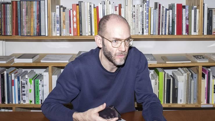 Schätzt als Arbeitstier vor allem die Ruhe der Stadt: Grafikdesigner Ludovic Balland in seinem Büro in Basel.