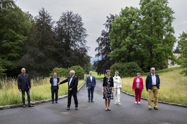 Schulreise des Bundesrats in Coronazeiten. Die Mitglieder lassen sich im Zwei-Meter-Abstand fotografieren, der im Juni noch gültig war.