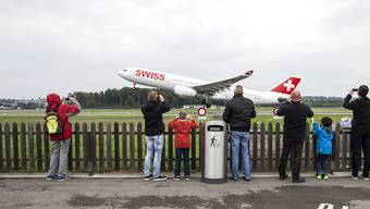 Ganz nah dran: Besucher des Erlebniswochenendes am Flughafen Zürich fotografieren ein startendes Swiss-Flugzeug.