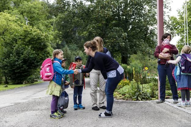 «Guete Tag Frau Gigandet». Lehrerin Patricia Gigandet begrüsst jedes Kind persönlich am ersten Schultag in Beinwil.