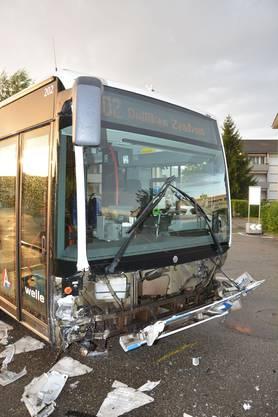 Der Autofahrer, seine Mitfahrerin und ein Fahrgast im Bus zogen sich dabei leichte Verletzungen zu.