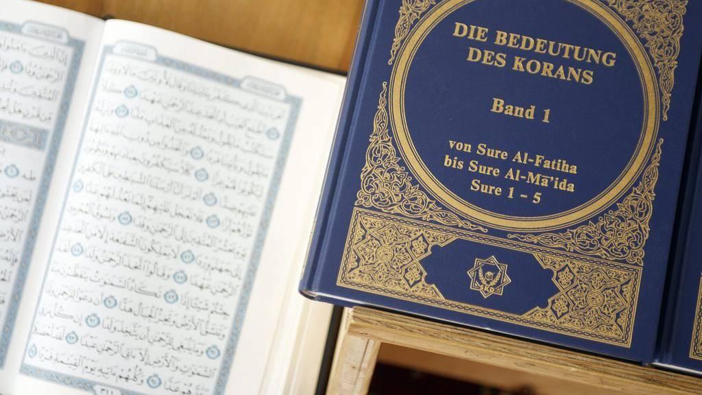 Verkäufer verteilen den Koran bei der Aktion Lies!.