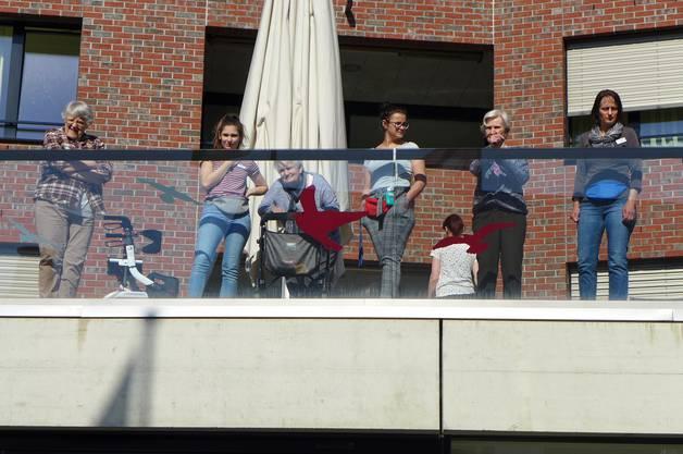 Freudige Zuhörer auf dem Balkon