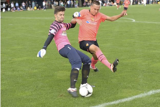 Goalie Sedjan Lazic verteidigt an der Strafraumgrenze gegen Admir Seferagic