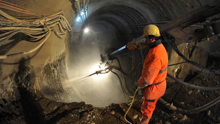Beim Strassensohlenvortrieb werden die Tunnelwände laufend mit Spritzbeton verfestigt. Foto: Bruno Kissling